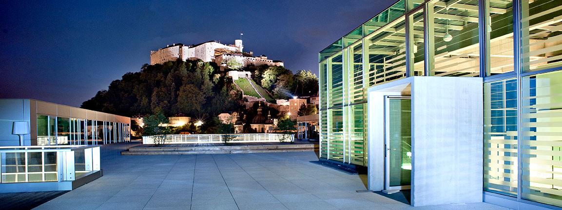 Blick bei Nacht von der Unipark Dachterrasse auf die Festung.