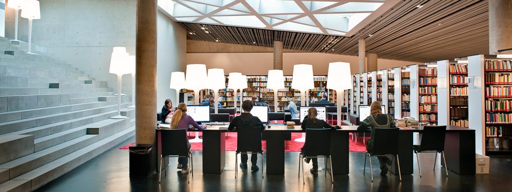 Studierende lernen in der Bibliothek im Unipark.