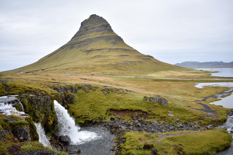 Berg Kirkjufell mit Wasserfall