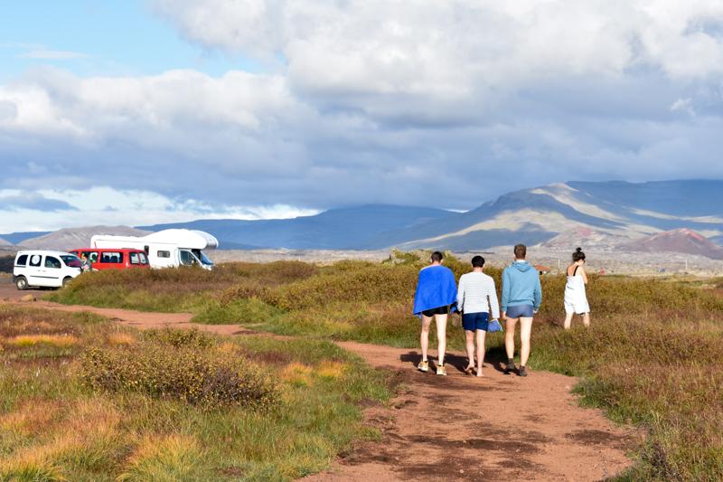 Jungs auf dem Weg zum Geysir