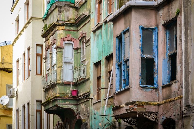 Bunte Häuserfassaden in Istanbul.