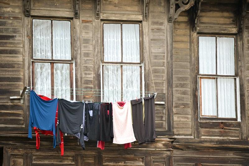 Die Wäsche hängt zum Trocknen vor den Fenstern.