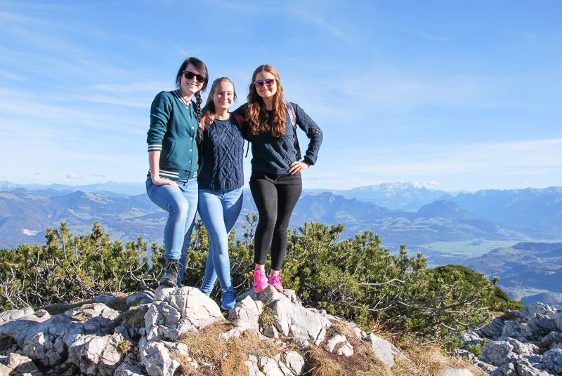 Foto: Die drei Freundinnen posieren am Gipfel des Untersbergs in Salzburg