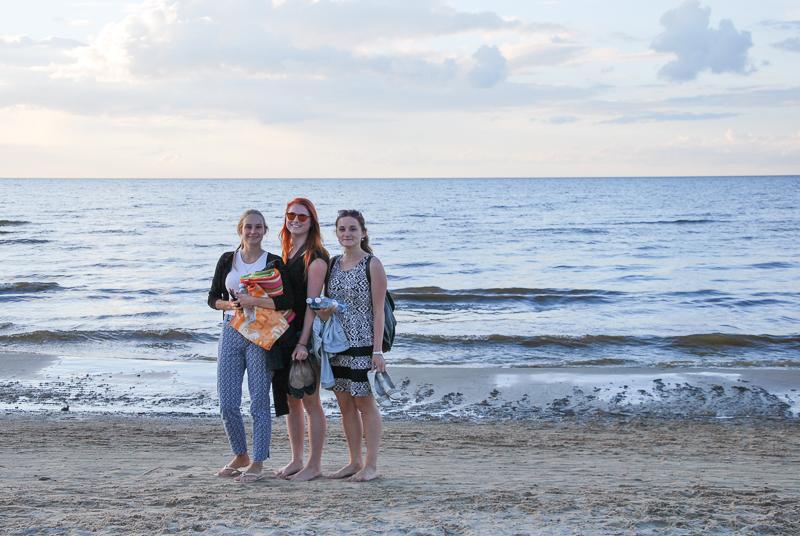 Foto: Die drei Freundinnen am Strand in Lettland