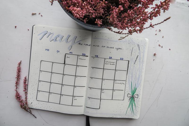 Die Monatsübersicht im Mai hat ein Lavendel-Theme.
