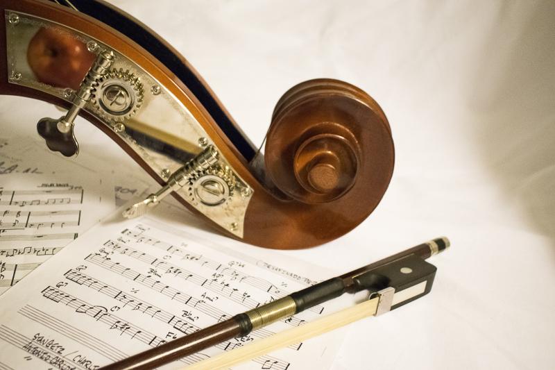 """Rezension – """"Die Meistersänger von Nürnberg"""": ein Geigenkopf liegt auf einigen Blättern mit Noten darauf"""
