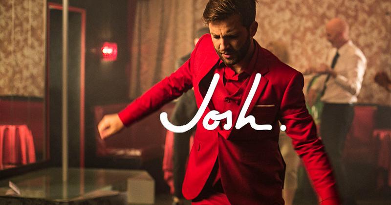 """Der """"Cordula Grün"""" - Sänger Josh. in rotem Anzug."""