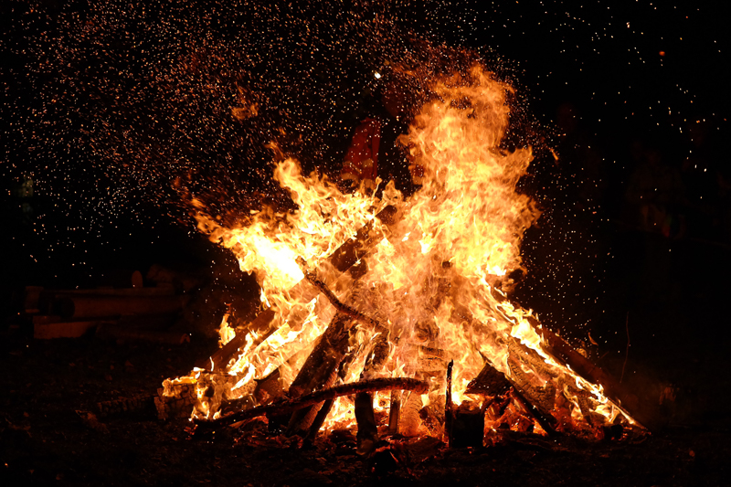 """Ostern und seine Bräuche – ein Blick hinter die Kulissen: ein, in der Nacht entfachtes Feuer – sinnbildlich für ein """"Osterfeuer"""""""