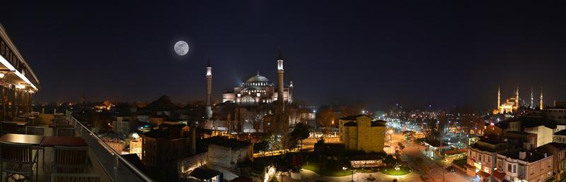 Eine Aufnahme der Stadt Istanbul bei Nacht.