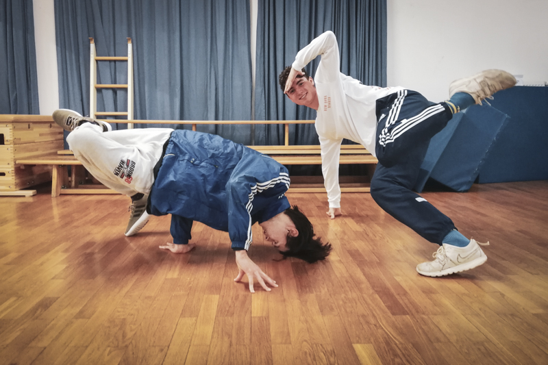 Zwei Jungs in akrobatischen Streetdance (Breaking) Posen