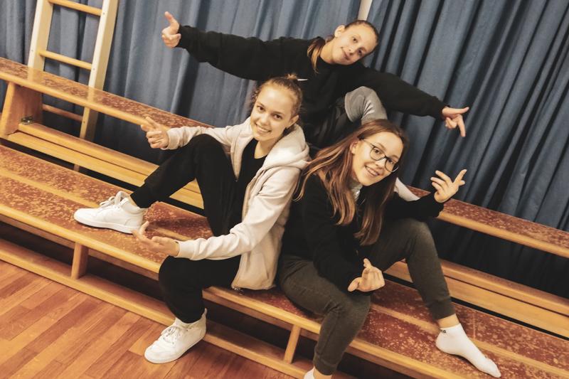 Drei Schülerinnen posen beim Streetdance Training im Streetdance Center Salzburg