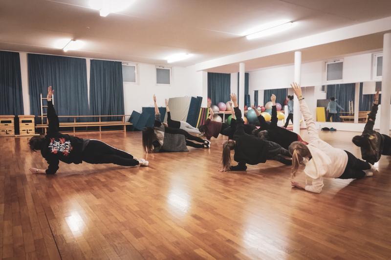 Streetdance Crew in seitlicher Plank Position beim Krafttraining