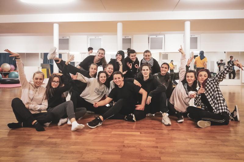 Die Mitglieder der Streetdance Crew Urban Unity posen beim Training im Streetdance Center Salzburg