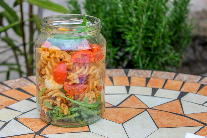 Nudelsalat mit Gemüse im Glas