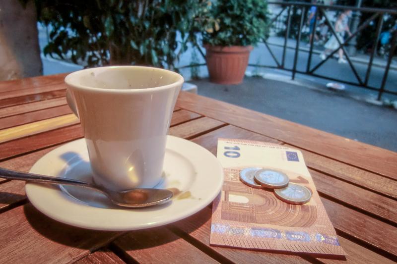 Do's and Dont's für die Italienreise: Eine Espressotasse steht auf einem Holztisch