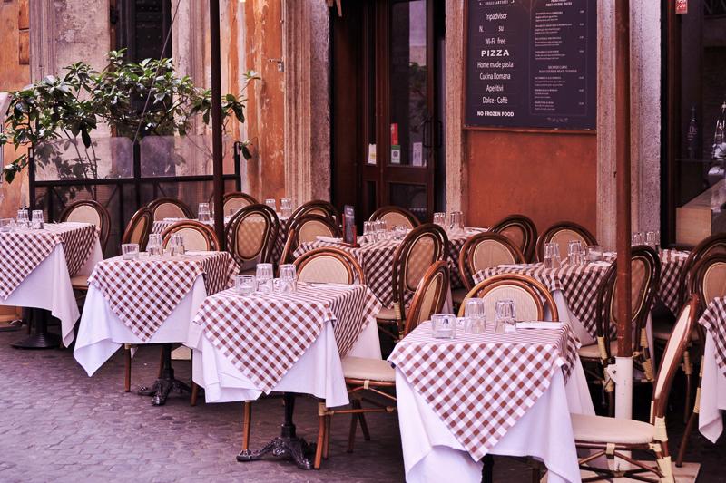 Do's and Dont's für die Italienreise: äußerer Sitzbereich eines italienischen Restaurants