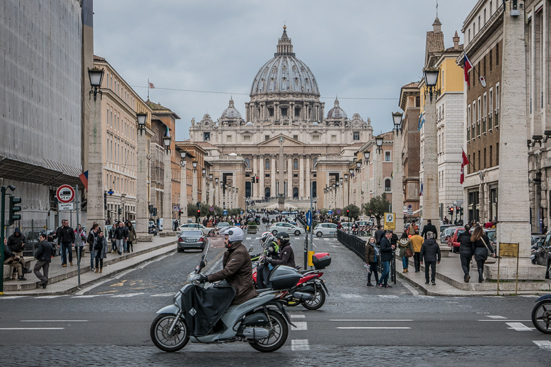 Do's and Dont's für die Italienreise: Straße mit Verkehr vor dem Petersplatz