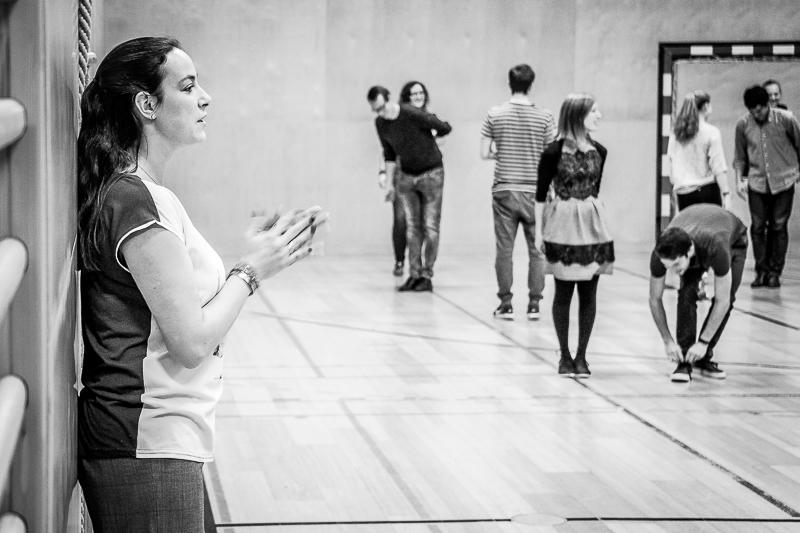 Tanzlehrerin gibt Anweisungen an Schüler*innen