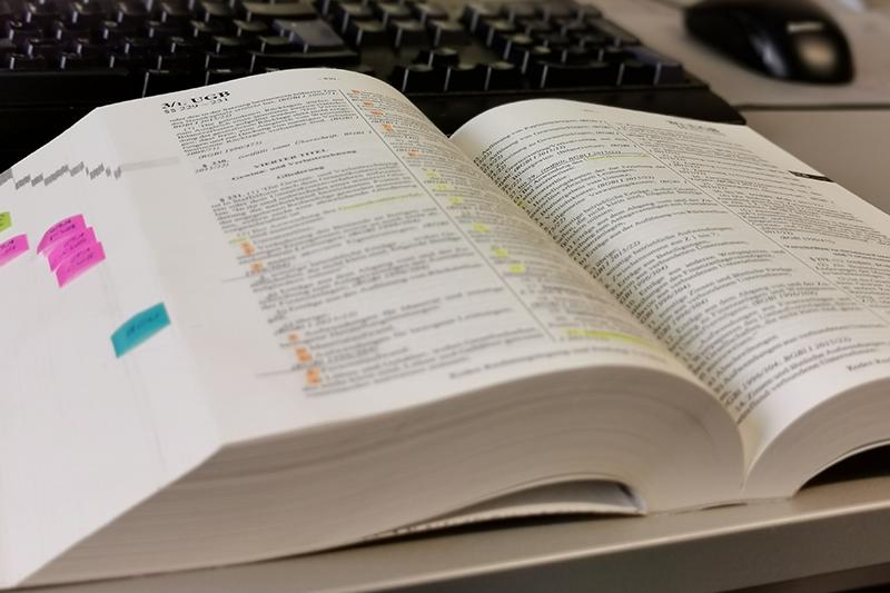 Dickes Buch mit Markierungen
