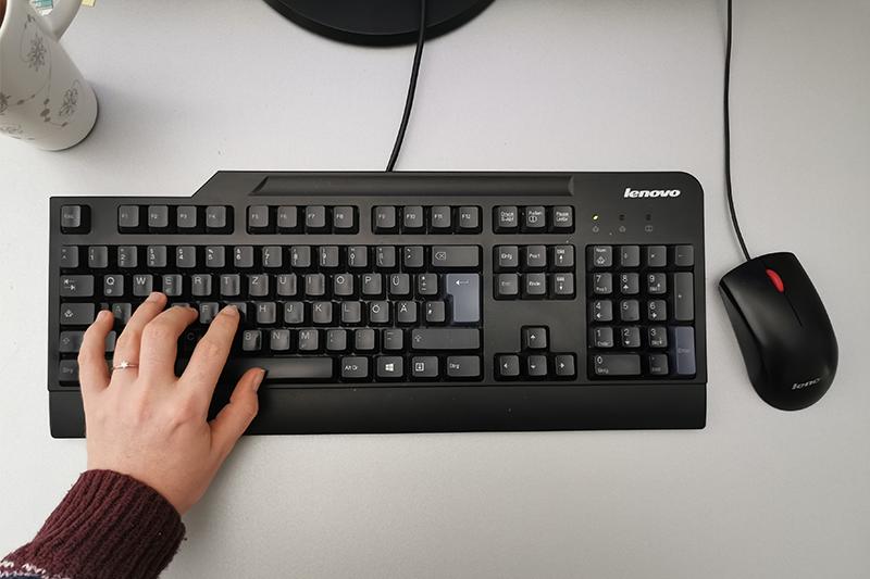 Tastatur mit Hand und Maus