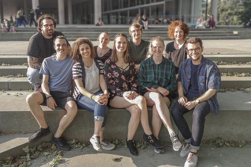 Studierendenvertretung Erziehungswissenschaften sitzt vorm Unipark