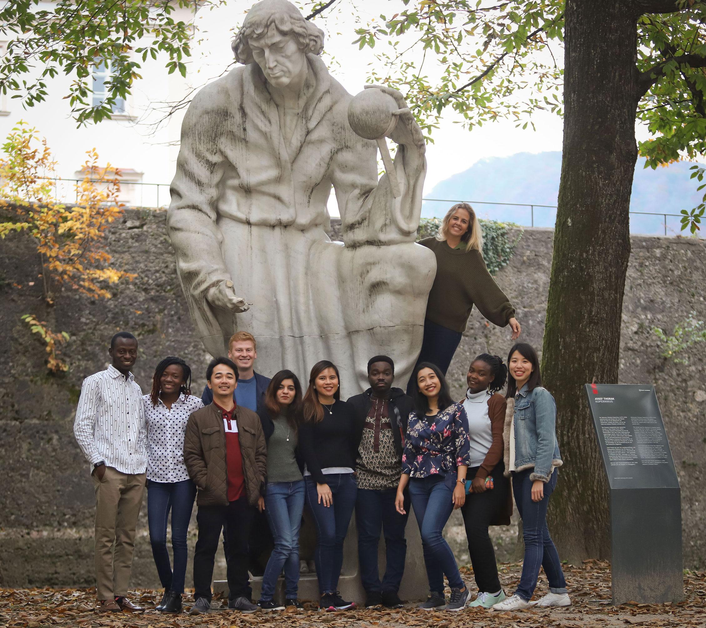 Gruppenbild von Erasmus Student*innen an einer Statue