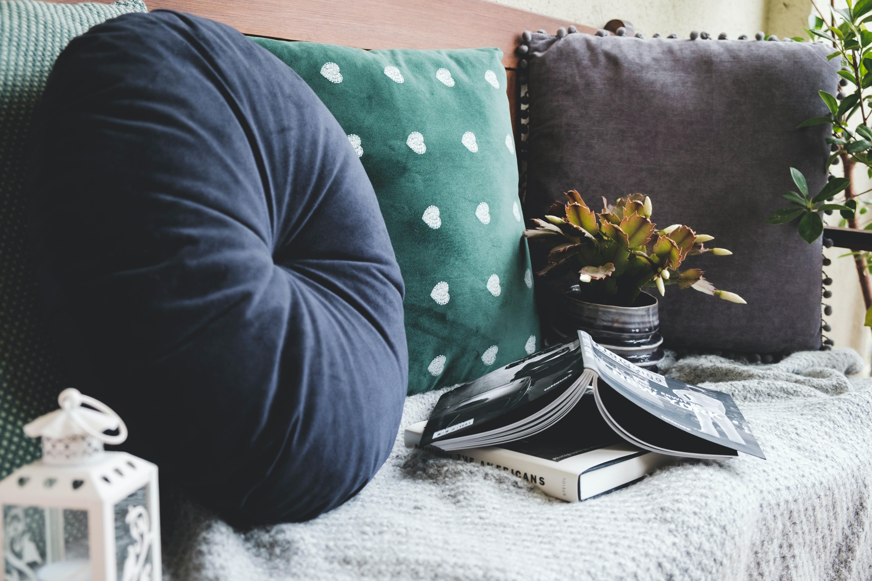 Kissen, Decke und Laterne für den ultimativen Wohlfühleffekt