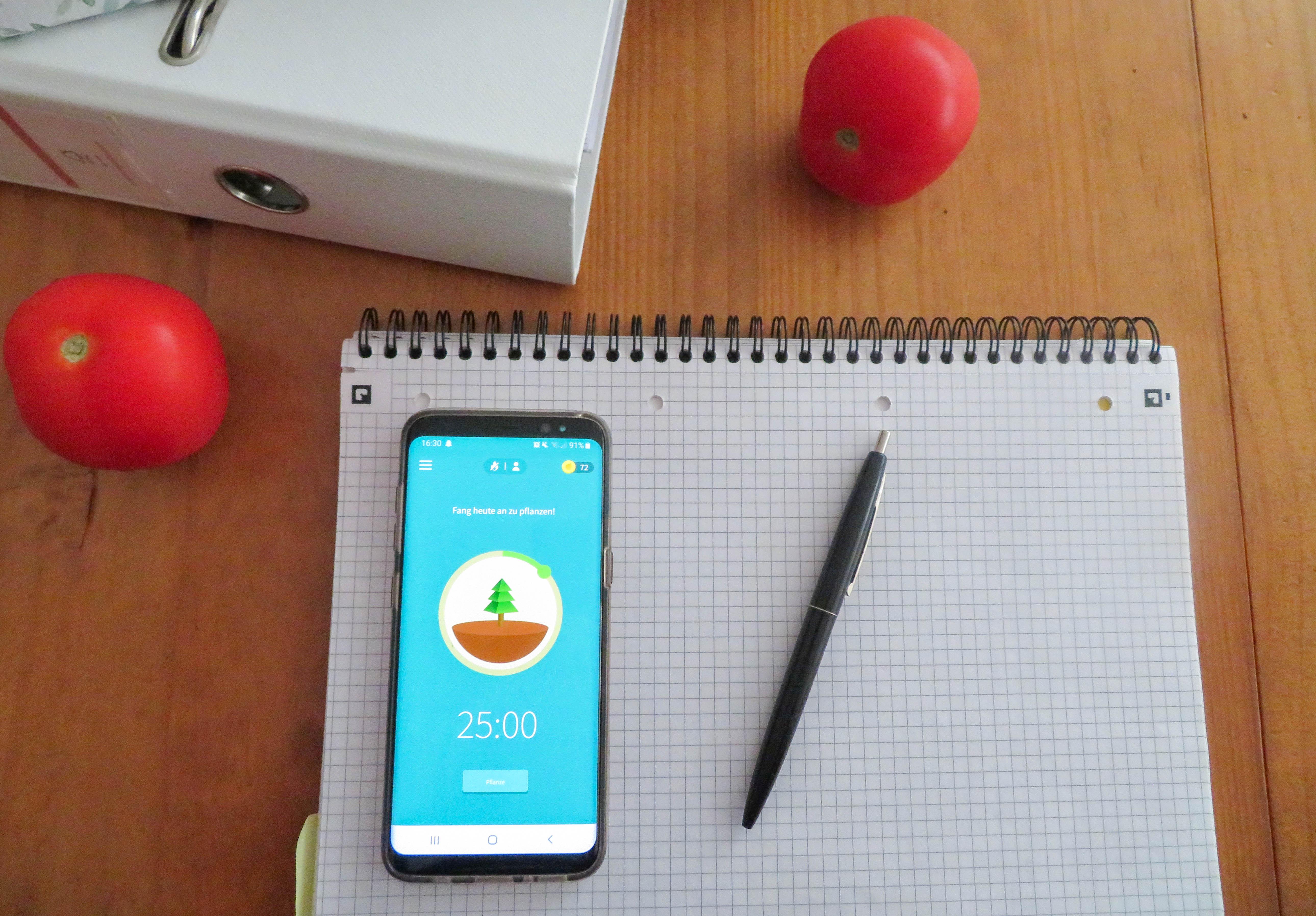 Smartphone liegt auf einem Notizblock