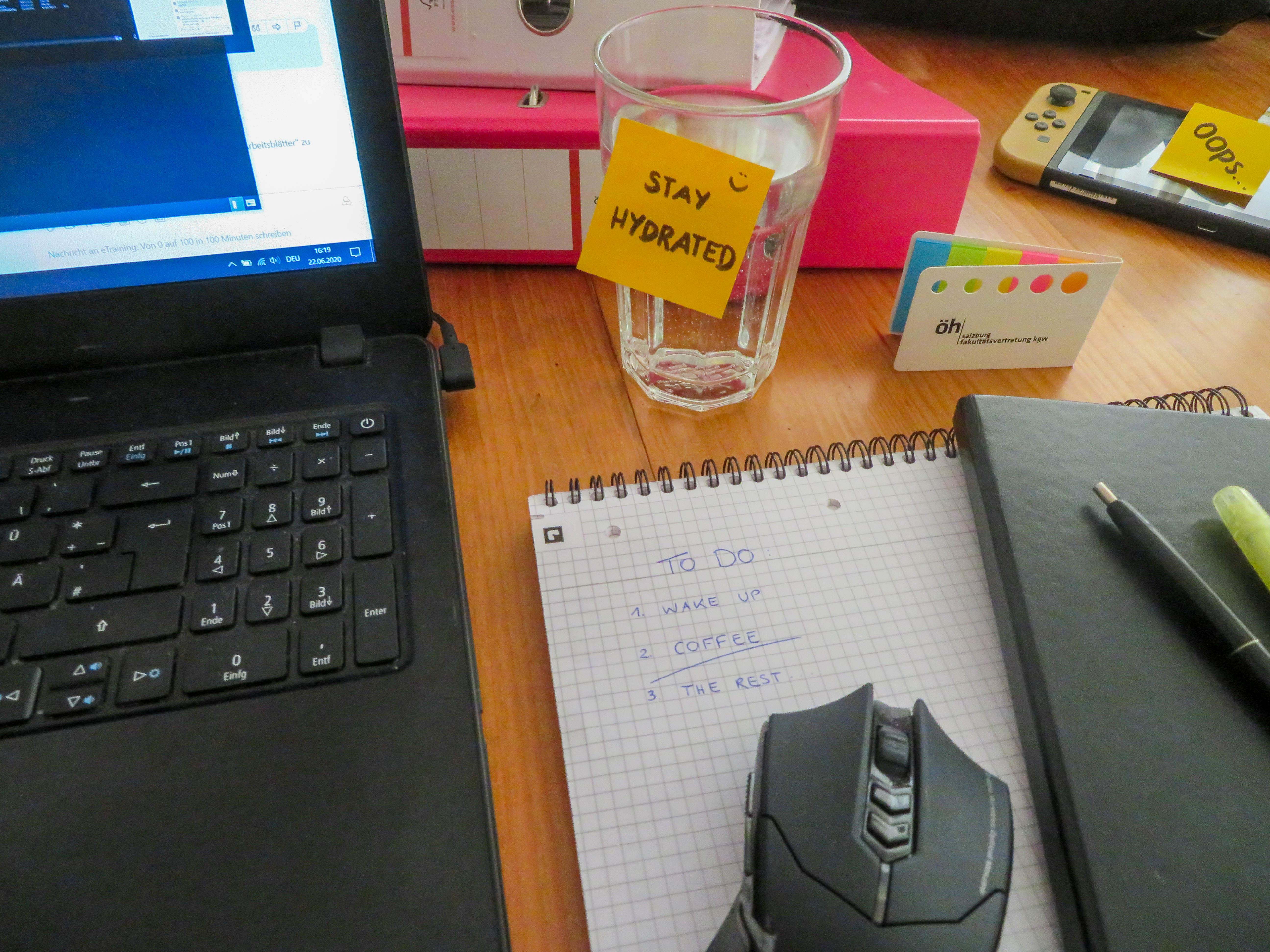 Schreibtisch mit Post-its und Laptop