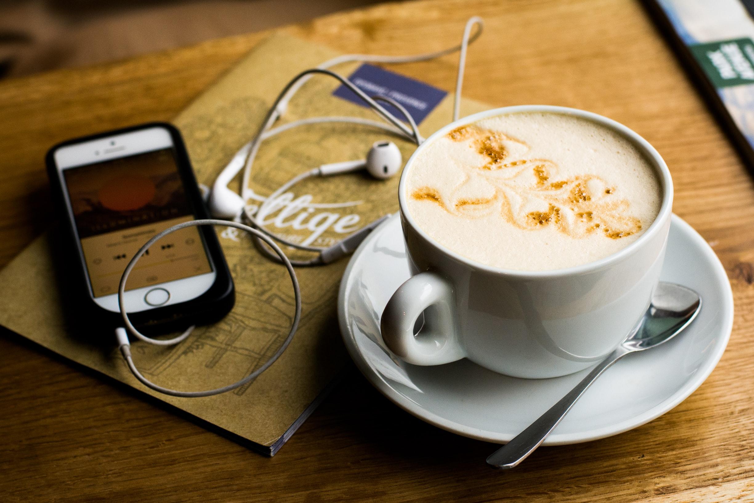 Smartphone und Kaffee auf Tisch