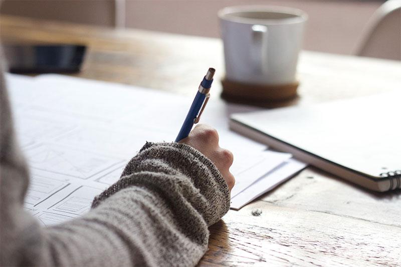 Frau schreibt auf Papier