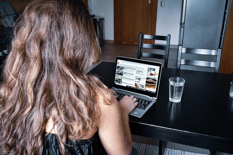 Journalistin schreibt am Laptop