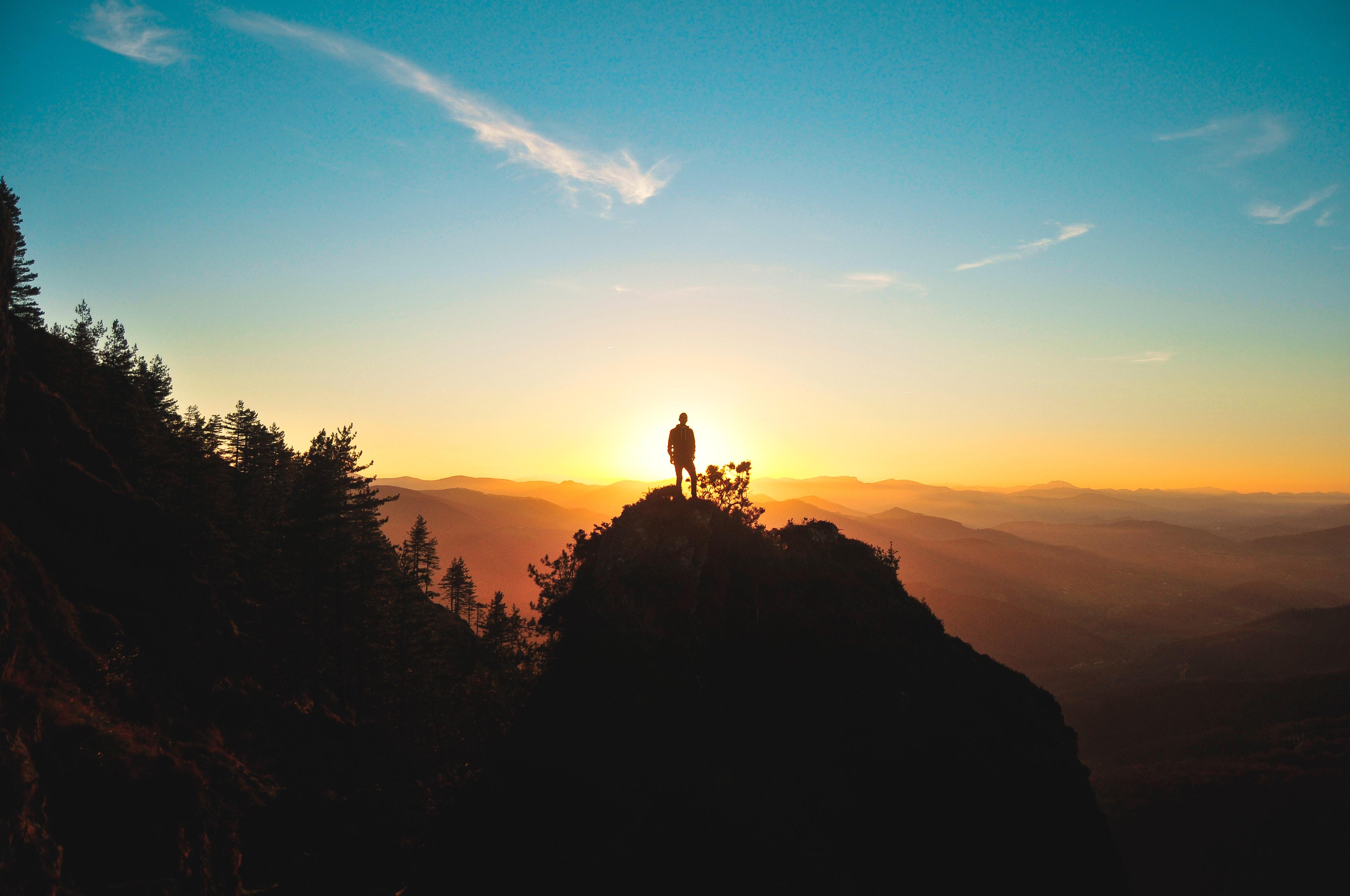 Den Sonnenuntergang am Berg beobachten