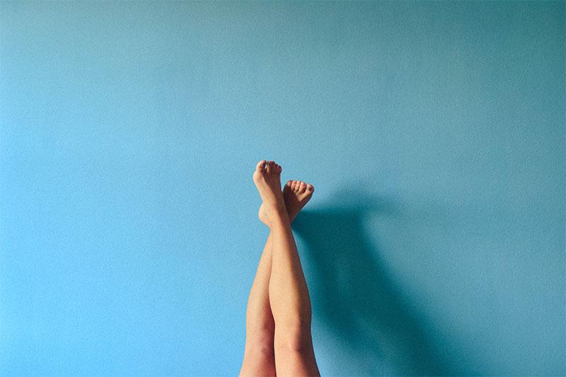 Beine in die Luft gestreckt