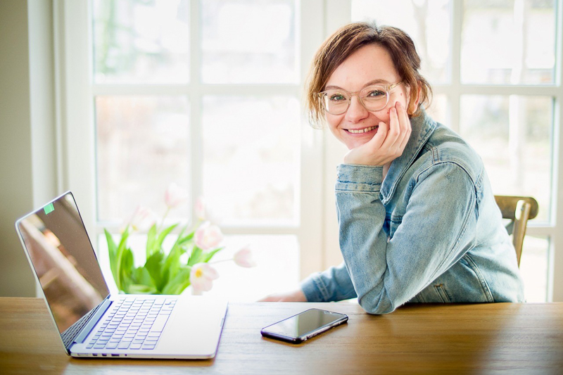 Susanne Geu sitzt am Laptop
