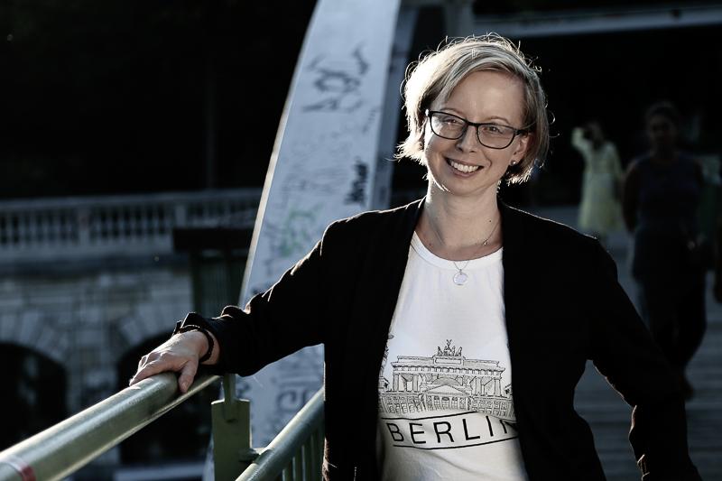 Portraitbild von Sonja Burger auf einer Brücke