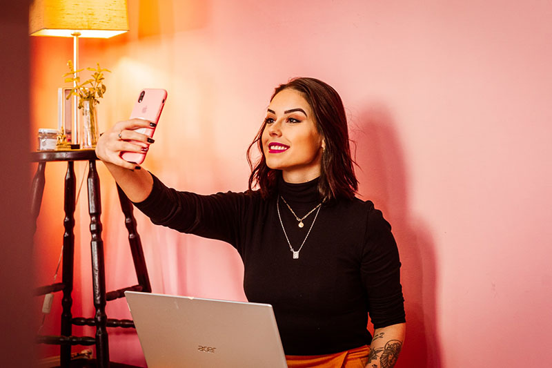 Junge Frau mit Laptop und Handy