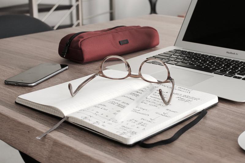 Bild von Schreibtisch mit Laptop