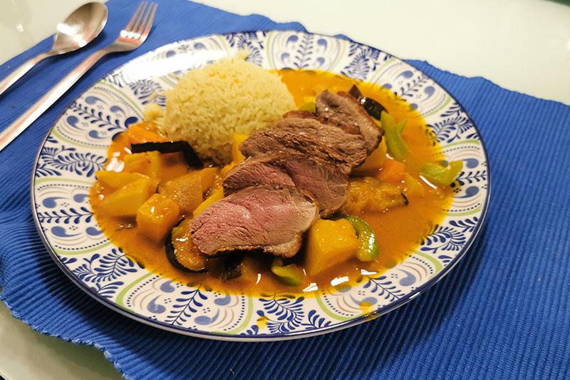 Gelbes Curry auf Teller