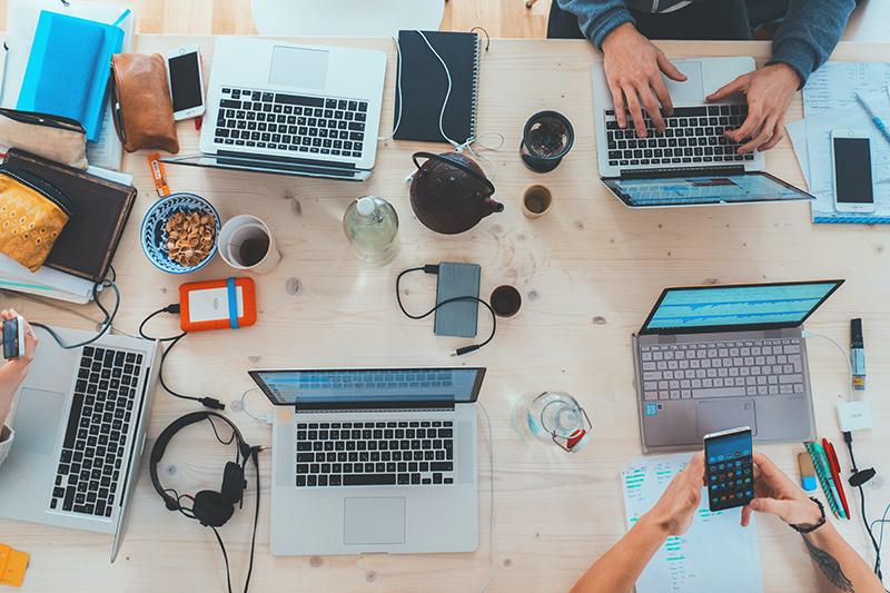 Schreibtisch mit Laptops und Zubehör