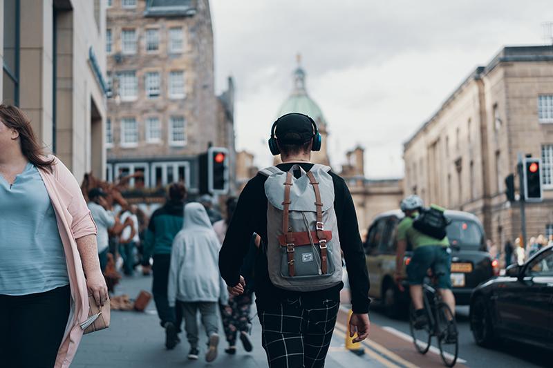 Binaurale Beats Mann auf Straße