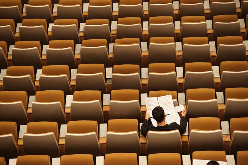 Student sitzt in leerem Hörsaal